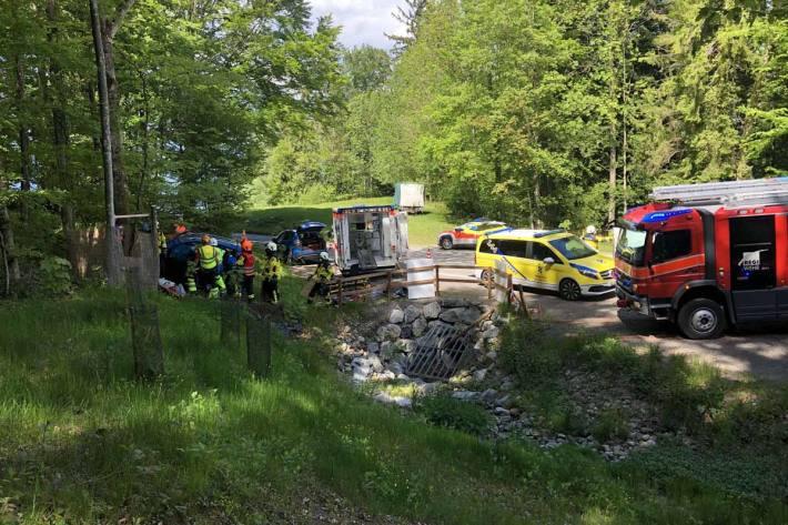 Das Auto überflog den Bach, prallte gegen die aufsteigende Böschung des Waldes, schleuderte weiter und prallte gegen einen Baumstumpf
