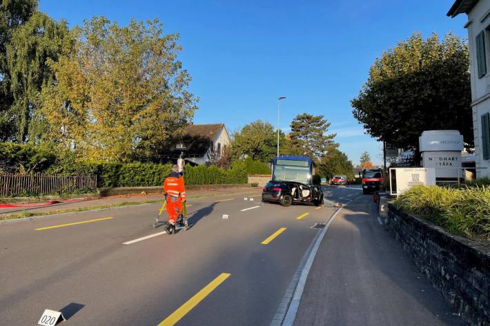 Ein Schwerverletzter bei Frontalkollision mit Linienbus in Stäfa