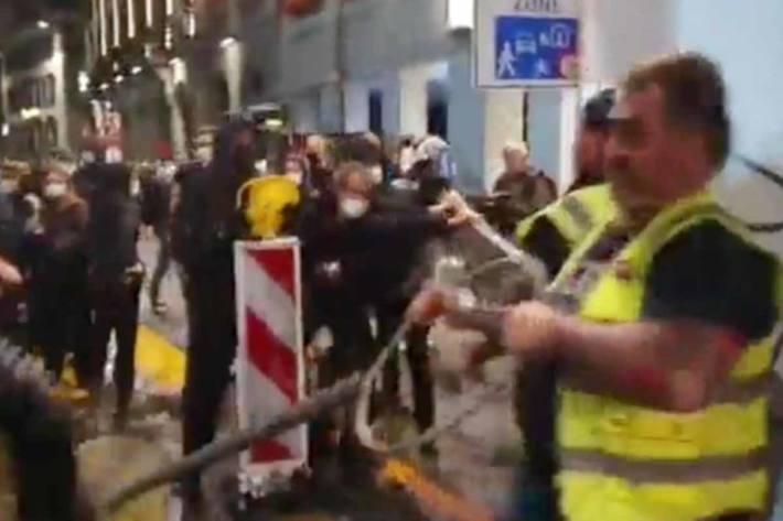 Security der Freiheitstrychler von «Anti»fa in Bern attackiert