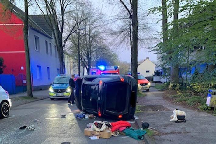 In Gladbeck kam ein PKW von seine Fahrspur ab und ist in zwei geparkte Fahrzeuge gefahren