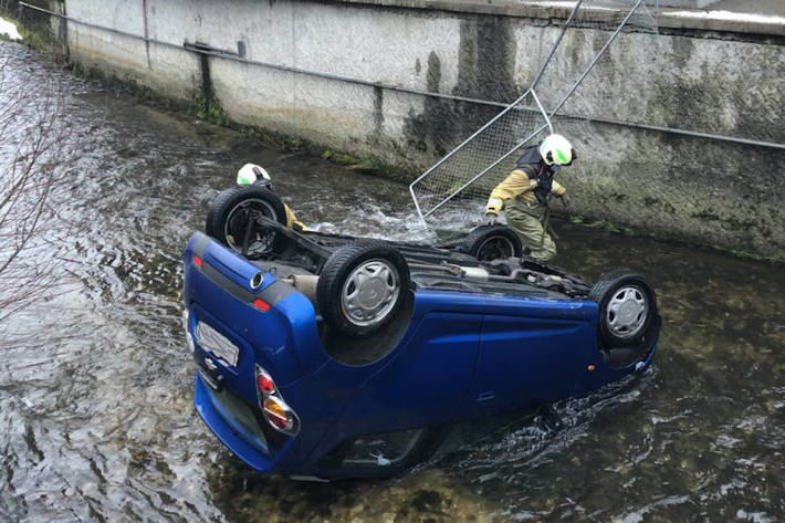 Auto bei Selbstunfall in Lotzwil in Bach geraten