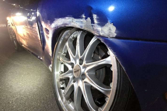In Elm GL ist letzte Nacht ein junger Autolenker verunfallt.