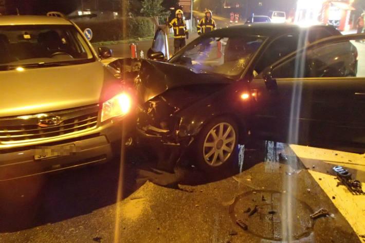 Sechs Personen verletzt.