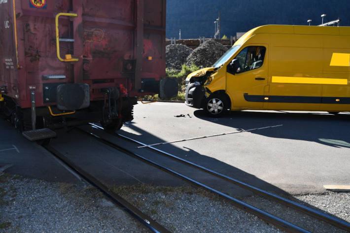 Lieferwagen kollidiert mit einem Rangierzug in Chur