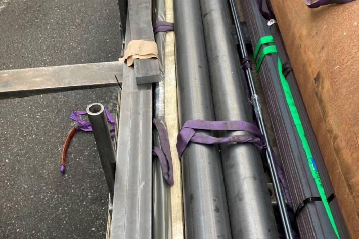 In Glarus verletzte sich gestern ein Mann bei der Arbeit an der Hand.
