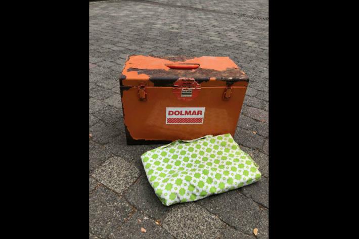 Wem gehören dieser Koffer und diese Decke?