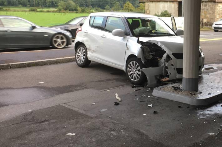 Eine Autolenkerin wurde heute in Näfels GL übersehen. Sie musste ins Spital gefahren werden.