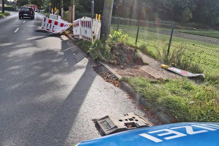 Eine 89-Jährige beschädigte mit ihrem VW Baustellenabsperrungen in Ratingen