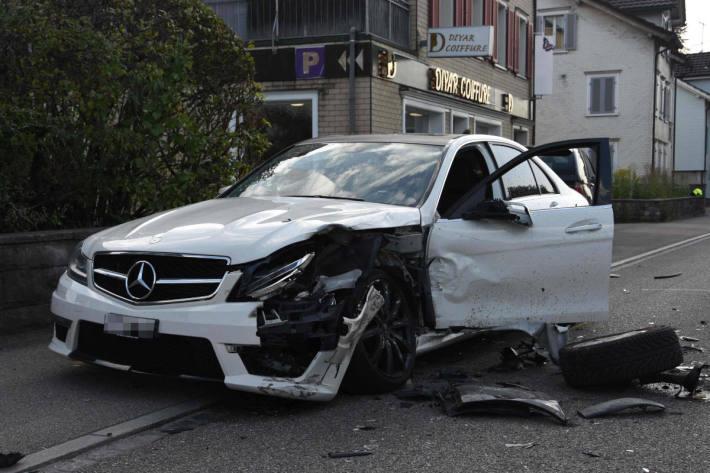 Zwei verletzte Personen bei Frontalkollision in Gossau