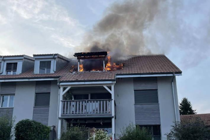 Gasgrill fängt Feuer in Mehrfamilienhaus