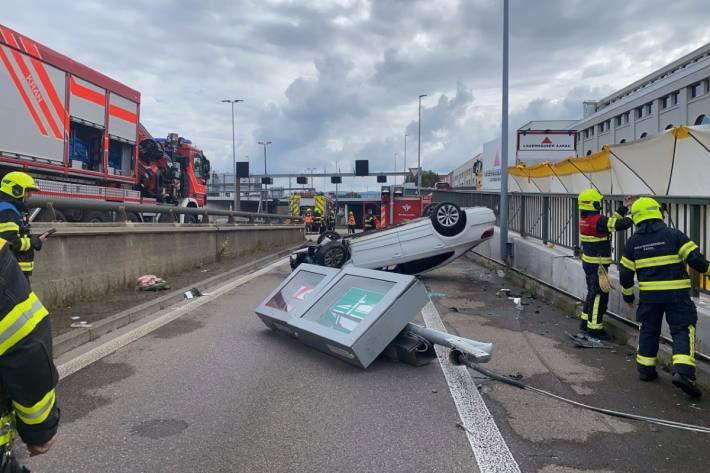 In Basel ist heute ein Auto auf der Autobahneinfahrt verunfallt.