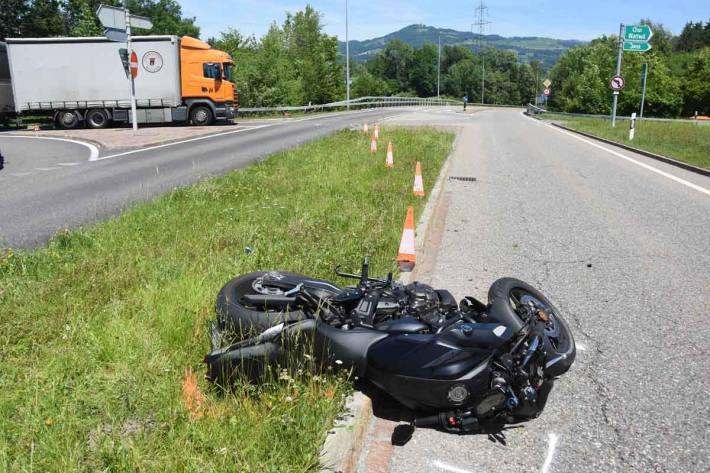 Motorradfahrer nach Kollision mit Auto verletzt