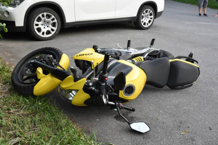 Beschädigtes Motorrad auf dem Parkplatz in Triesen.