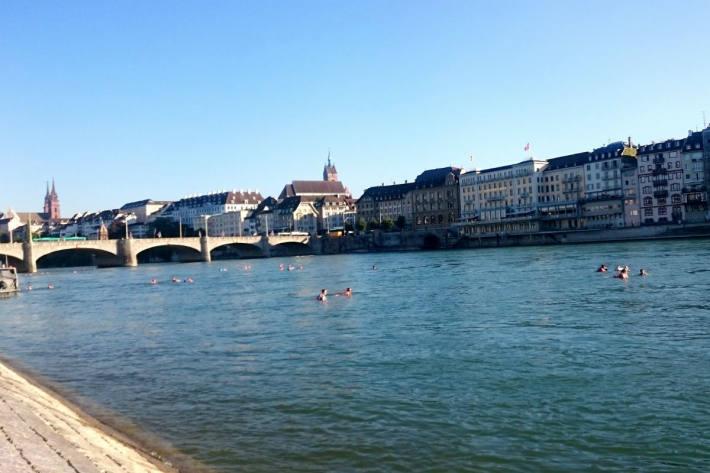 Es gilt wichtige Regeln zu beachten, was das Baden im Rhein angeht.