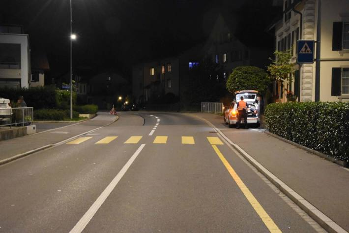 Ein Kind verunfallte gestern in Schänis SG mit seinem Trottinett.