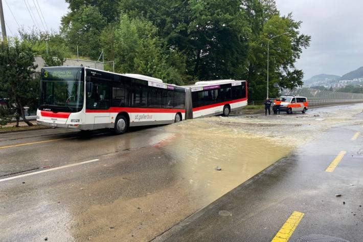 In der Stadt St. Gallen ist heute ein Linienbus in ein Loch gefallen.