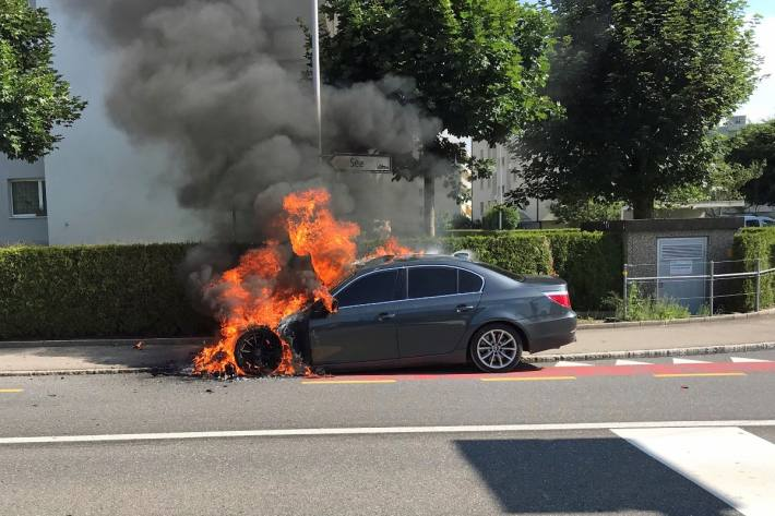Ein technischer Defekt soll den Brand in Sursee LU am BMW ausgelöst haben.