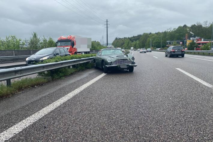 Gestern ist in Kölliken AG ein Aston Martin verunfallt.