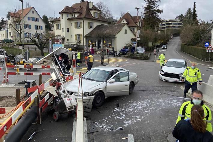 Beim Unfallgeschehen wurden vier Personen verletzt und mit dem Sanitätsdienst, zur Kontrolle, in ein Spital in Liestal verbracht