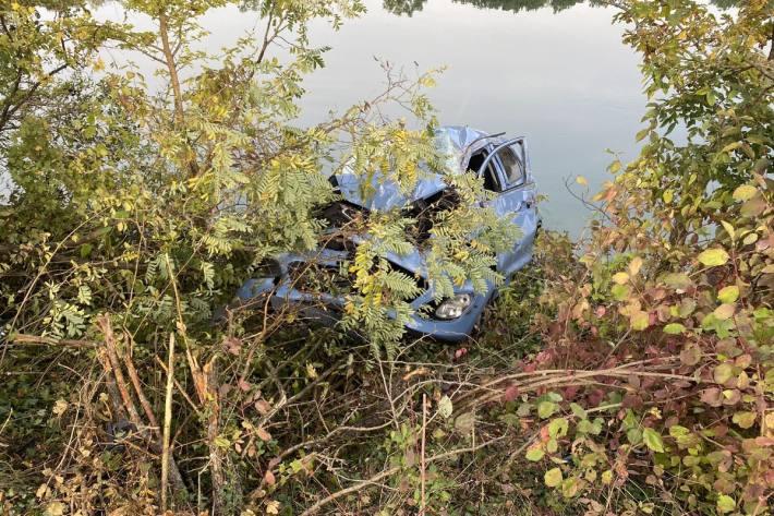 In Oberflachs AG ist eine Autolenkerin in der Aare zum Stillstand gekommen.