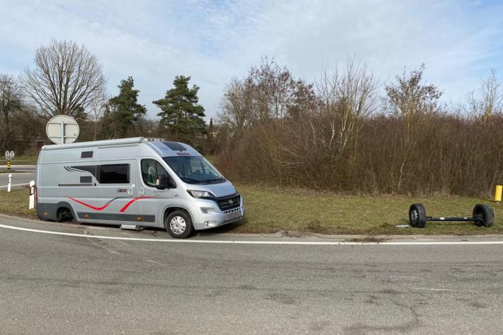 Wohnmobil verliert Hinterachse auf der A4 bei Schaffhausen