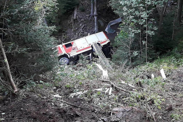 Feuerwehrfahrzeug abgestürzt – Ein Toter, drei Schwerverletzte