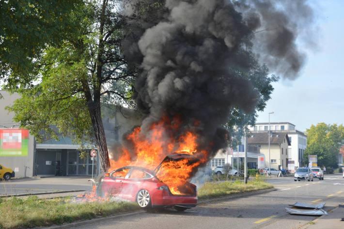 Autobrand nach Verkehrsunfall in Frauenfeld