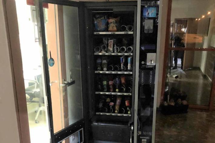Eine unbekannte Täterschaft brach in Sennwald einen Verpflegungsautomaten auf