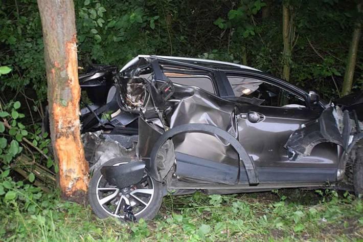Durch die Wucht des Aufpralls drehte sich das Fahrzeug um die eigene Achse und stieß in Rödinghausen gegen einen Baum