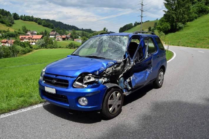 Das Auto erlitt beim Unfall gestern in Urnäsch AR Totalschaden.