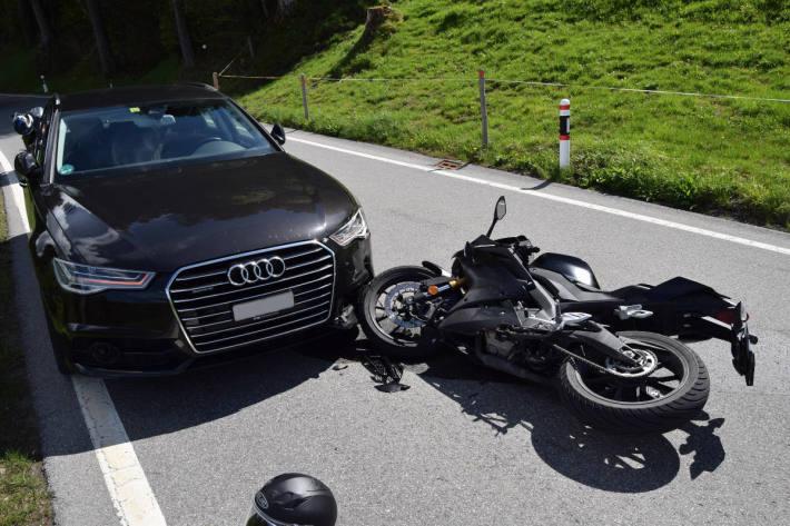 Unfallsituation zwischen Auto und Motorrad bei Trogen AR