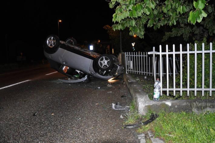 Auto bei Selbstunfall auf Dach gedreht