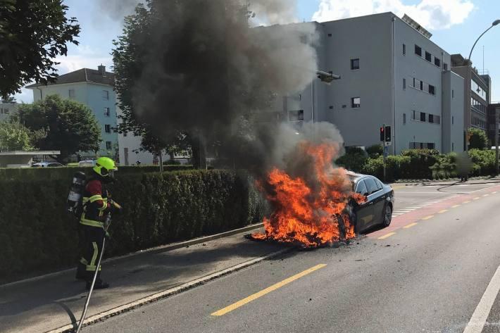 Die Feuerwehr konnte das Feuer löschen, das Auto aber nicht mehr retten.