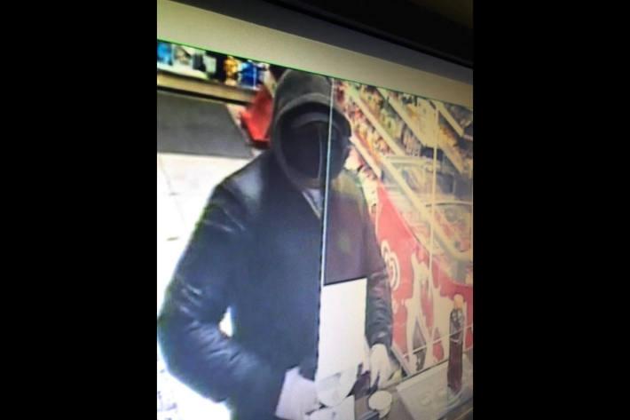 Der Täter trug eine schwarze Stoffmaske, die in der Mitte eine vertikale, weisse Linie aufweist und schwarze Turnschuhe.