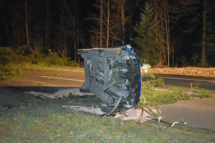 Das Auto kippte auf die Seite.