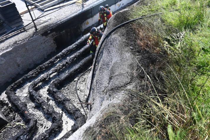 Löscharbeiten des Brandes auf der Baustelle der Primarschule in Mauren