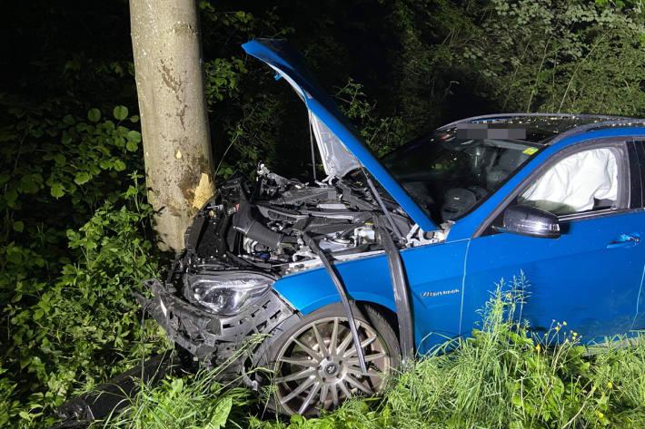 Junger Fahrer kracht in Rudolfstetten gegen Baum