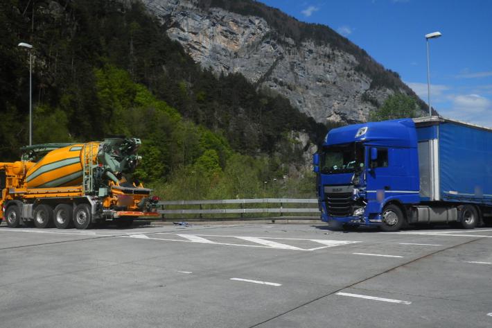 Kollision zwischen LKW und Sattelmotorfahrzeug in Erstfeld