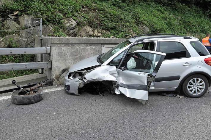 Das Auto kollidierte in Mühlehorn mit der Leitplanke und der nachfolgenden Stützmauer