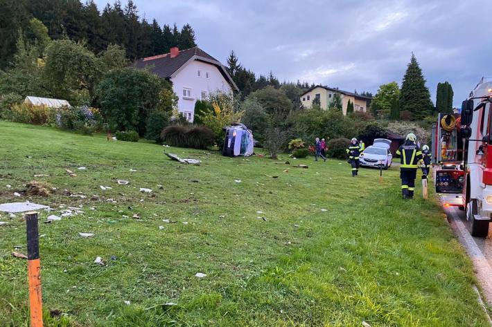 Auto überschlug sich in Garten