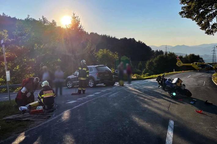 Der Motorradlenker erlitt bei dieser Kollision Verletzungen unbestimmten Grades