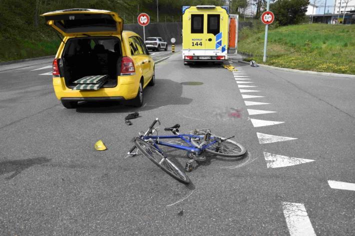 Beim Unfall in Uzwil SG verletzte sich der Velofahrer am Kopf.