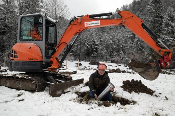 Joe Michel, Leiter Bau & Infrastruktur, mit der Zeitkapsel, die auf dem Areal Grosswijer vergraben wird.