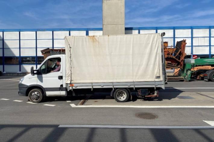 Stark überladenen Lieferwagen in Rossens stillgelegt