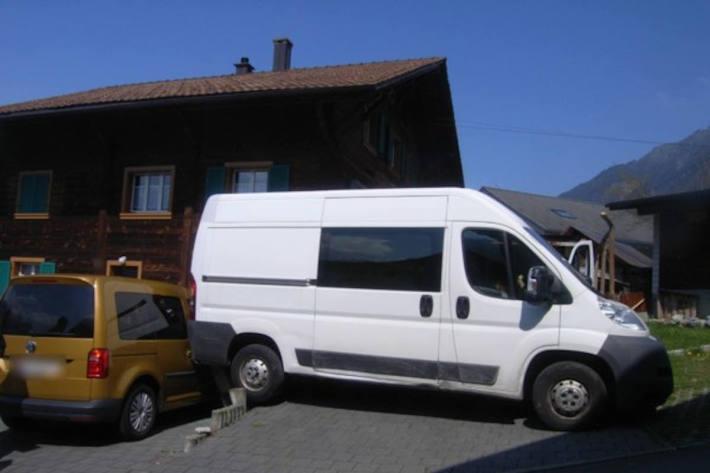 Parkierter Lieferwagen macht sich selbständig in Schattdorf