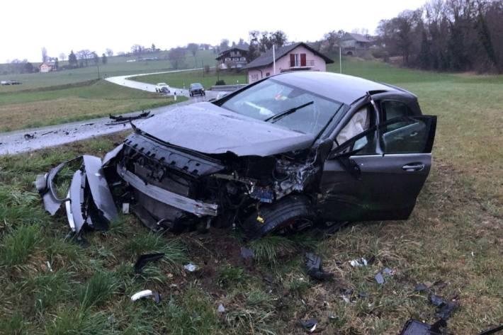 Beim heftigen Crash von gestern in Montagny-la-Ville FR verletzten sich zwei Personen.