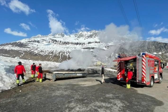 In Andermatt UR brannte gestern eine Kehrichtmulde.