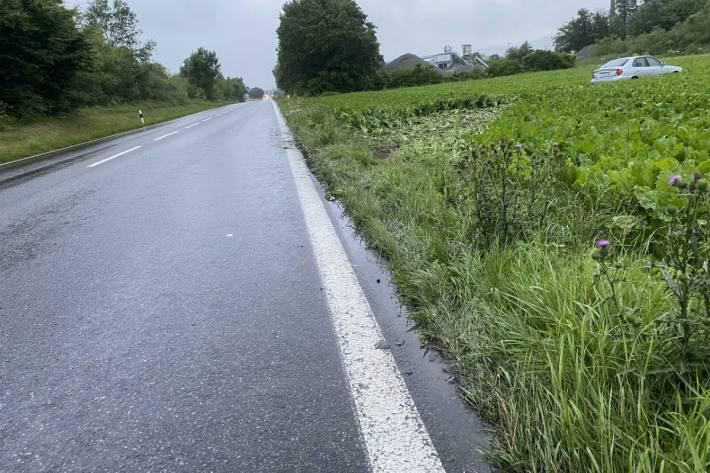 In Staufen AG ist heute ein Auto abseits der Strasse gelandet.
