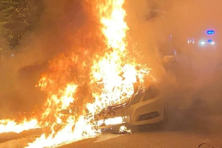 In Oberwil BL brannte das Auto komplett aus.
