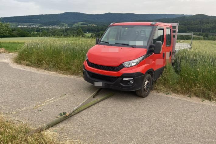 In Killwangen AG wurde ein Lieferwagen in einem Feld aufgefunden.
